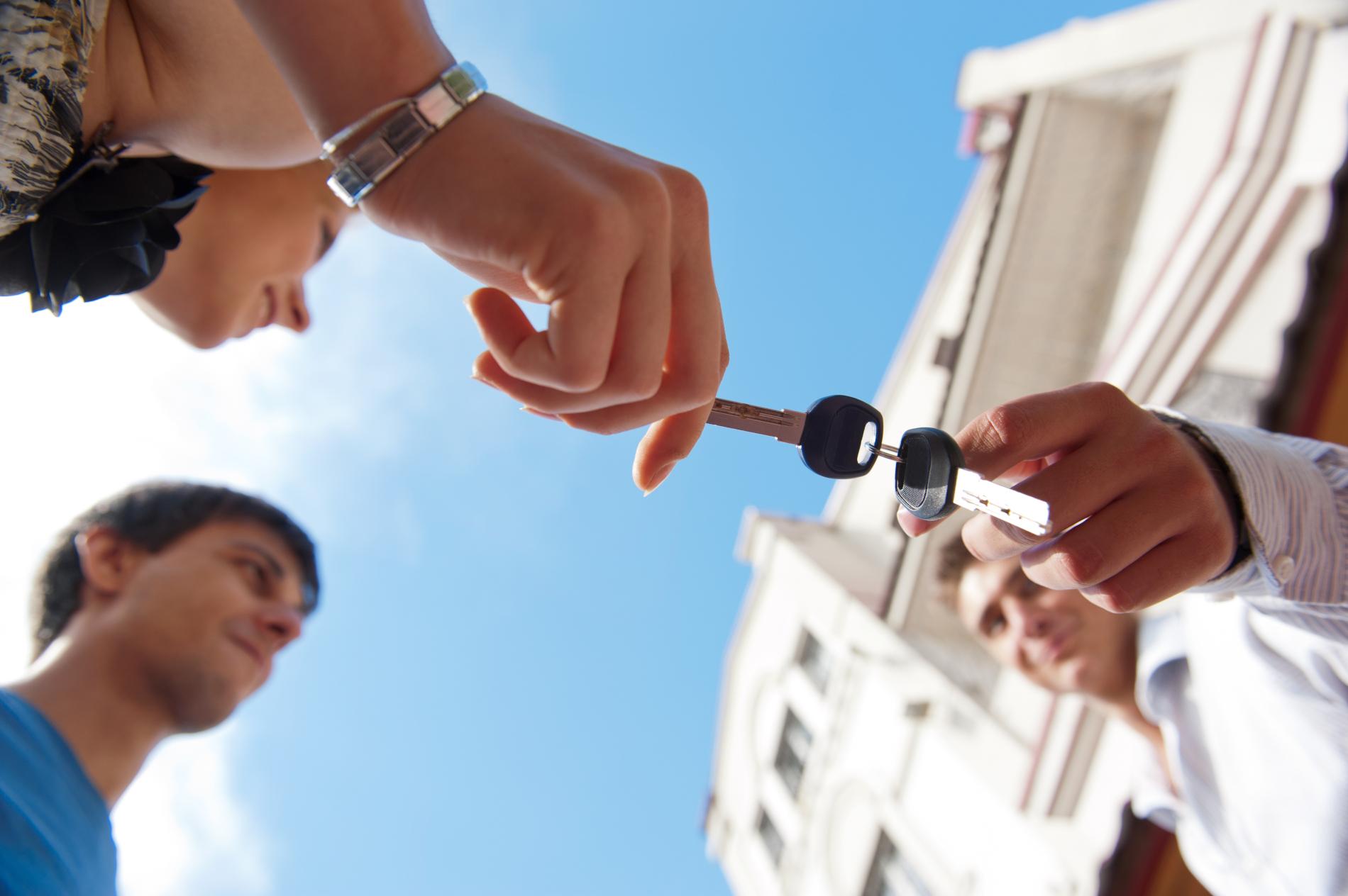 Gebouw-mensen-overhandiging-sleutel
